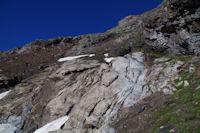 La barre rocheuse sous la crete Nord du Pic d'Estaragne, on appercoit le lac d'Oredon