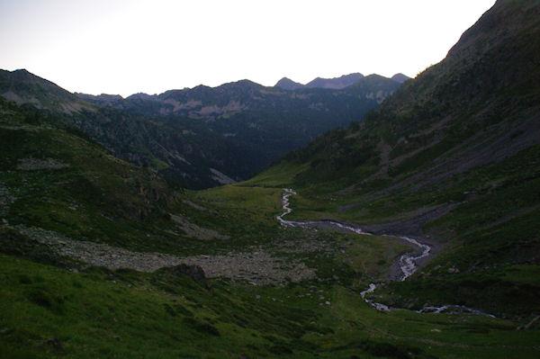 En s_élevant au dessus du vallon d_Estaragne