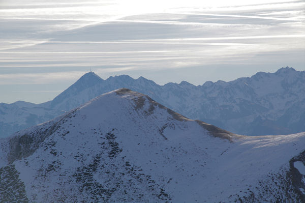 Le Pic du Midi de Bigorre dans l_axe du Soum de las Escures depuis le Pic d_Estibète