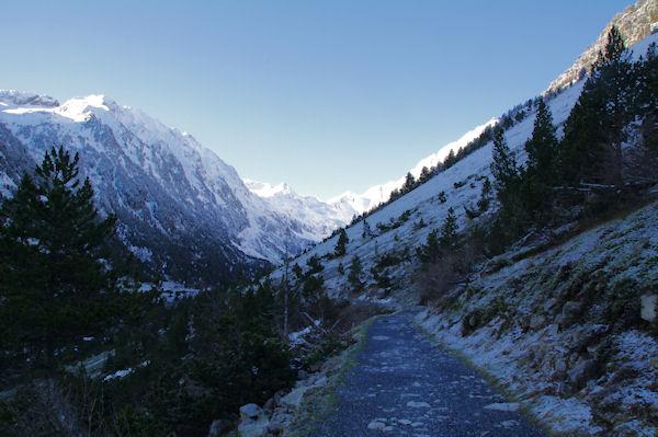 Le chemin menant au Lac de gaube, au fond, le Pic d_Arraillé