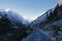 Le chemin menant au Lac de gaube, au fond, le Pic d'Arraille