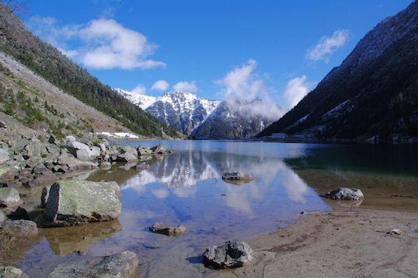 Le Lac du Gaube, au fond, le Soum de Porcabarra et le Tuc d_Auribareille