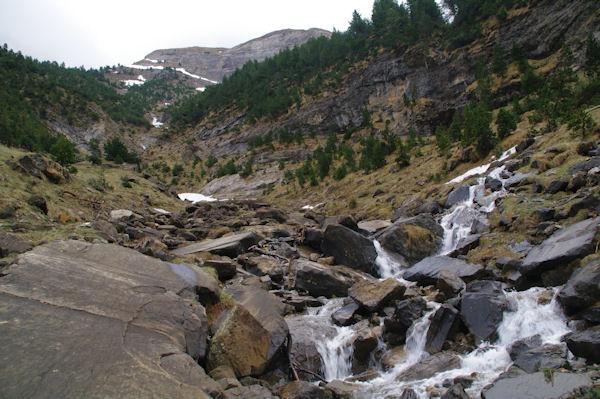 Un ruisseau dévalant des Rochers Blancs