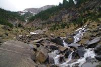 Un ruisseau devalant des Rochers Blancs