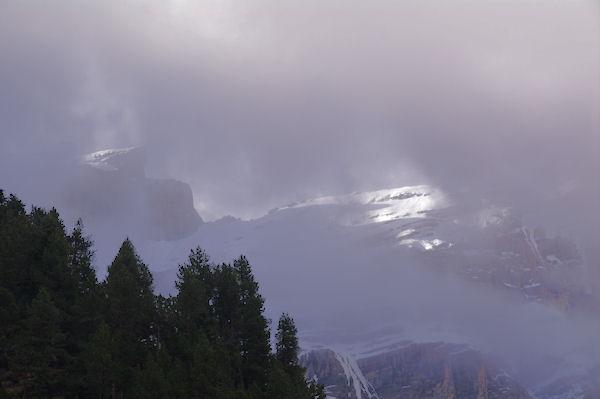 Le Col de la Cascade dans les nuages au dessus du Cirque de Gavarnie