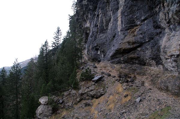 Le chemin escarpé remontant vers la Hount Blanque
