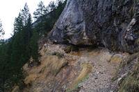 Le chemin dans le roc remontant vers la Hount Blanque