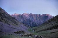 Le vallon de Garren Blanc, au fond, la crête entre le Pic du Midi d_Arrens et le Pic de Sarret, plus loin, le Grand Gabizos