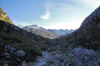 Le vallon du Gave de Labat de Bun, au fond, les Peyregnets de Costalade et de Cambales