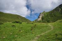 Au fond, le Col de Saucède