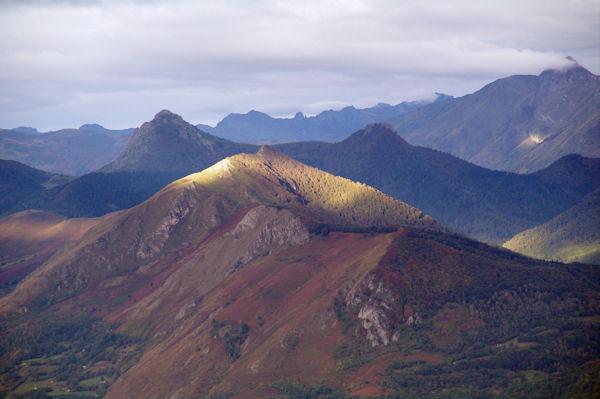 Au premier plan, le Pic d_Arragnat, puis le Pic de Peyre, ensuite la crête du Soum de la Péne dans le soleil, encadrée par Le Pic de Bazès et le Pic de Navaillo depuis la Pène de Caucipeyre
