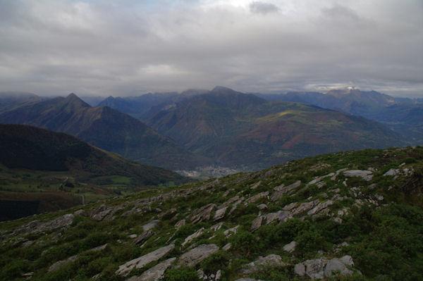 En bas, Pierrefitte - Nestalas surmonté par le Pic du Cabaliros, à gauche, le Pic de Viscos depuis la Pène de Caucipeyre