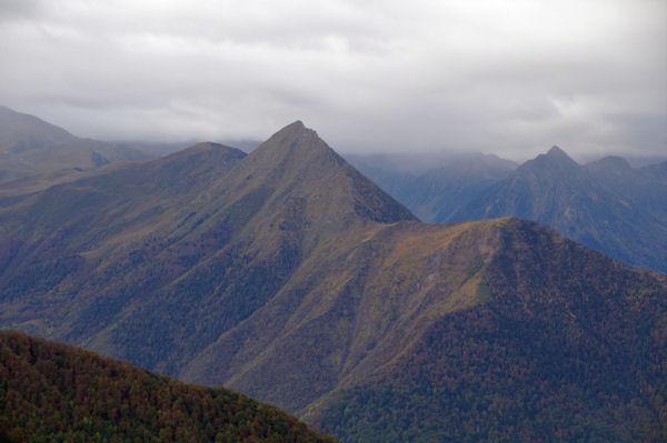 Le Pic de Viscos depuis la Pène de Caucipeyre, à droite, le Pic de Péguère