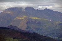 Dans le soleil, la Pointe de Surgate sous le Petit Gabizos dans les nuages depuis la Pene de Caucipeyre