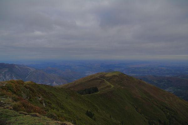 Le Soum de Trézères depuis le Hautacam, au loin, Lourdes et Tarbes