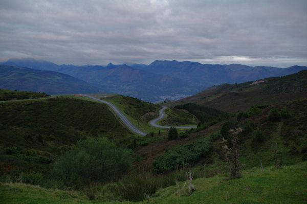 Le vallon du ruissseau d_Estibos, au fond, la vallée d_Argelès Gazost