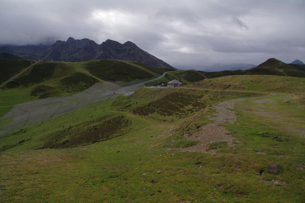 Le Col de Tramassel dominé par le Pic de Moulata, au fond, le Pic des Gahus, les Pics de Yéous et le Pic des Trois Hibous