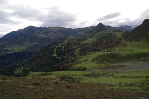 A droite, le Pic de la Moulata puis le Pic de Naouit, plus loin à gauche, le Pic de Montaigu