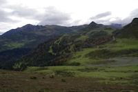 A droite, le Pic de la Moulata puis le Pic de Naouit, plus loin a gauche, le Pic de Montaigu