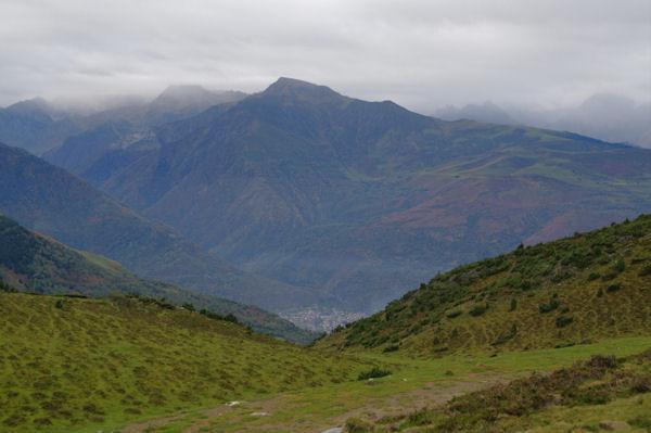 Le vallon d_Estibos, en bas, Pierrefitte - Nestalas, au fond, le Pic du Cabaliros