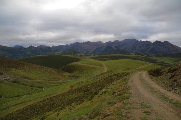 Au fond, la crête du Pic de Léviste, du Pic Arrouyet de la Pène Det Pouri depuis la Vallée de Castelloubon