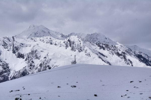 Le Tuc de Labatiadère, derrière, le Pic d_Aret