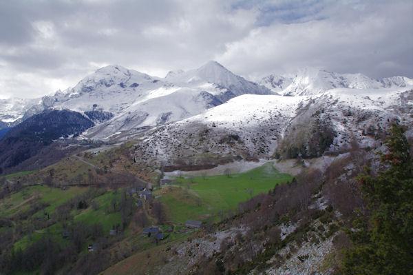 Le Pla de Nabias, derrière, la station de Val Louron