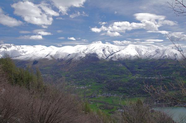 Les crêtes enneigées depuis le Pic du Montious jusqu_au col de Peyresourde
