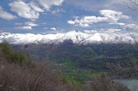 Les cretes enneigees depuis le Pic du Montious jusqu'au col de Peyresourde