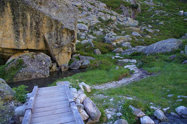 Un petit pont de bois pour passer rive droite du Larribet