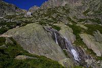Le ruisseau descendant du Glacier du Pabat, au dessus, le Refuge du Larribet