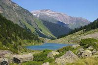 Le Lac de Suyen, au fond, les Gabizos