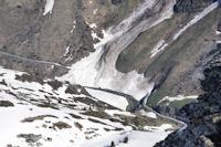 La route au dessus du gave d'Ossoue, bien barree par une grosse avalanche