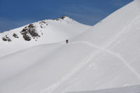 Deux randonneurs au Col de Lary, derrière, la Montagnette