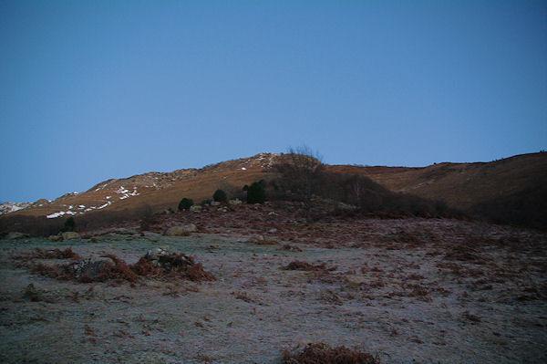 La rude montée vers le Bois des Pouzades, au fond, le Soum d_Andorre