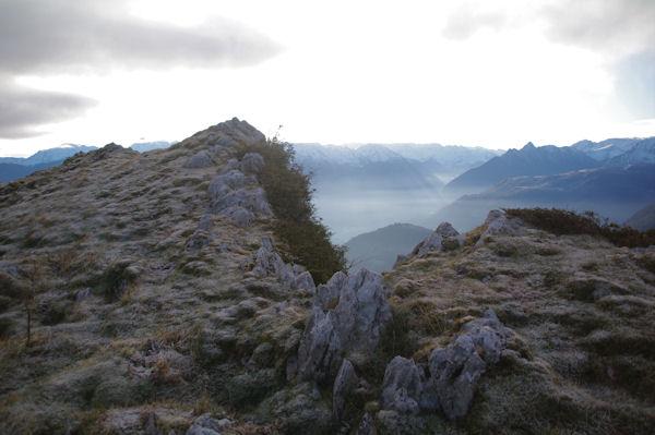 L_antécîme du Pic de Leiz, en arrière plan, la vallée d_Argelès Gazost