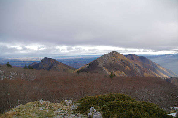 Le Soum du Montné, le Soum du Prat du Rey et le Soum de Souquète, derrière, la plaine de Lourdes et Tarbes