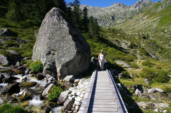 Marie Françoise sur le pont enjambant le ruisseau du Pic Arrouye