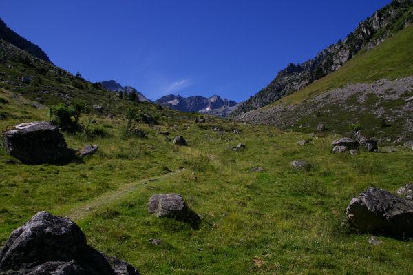 Les crêtes du massif du Cambalès ferment la vallée