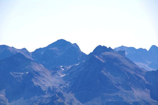 Le Pic de Perdiguère encadré par le Pic Gourdon et le Pic des Gourgs Blancs