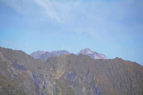 Le Pic de Néouvielle, Le Pic des Trois Conseillers et le Turon de Néouvielle derrière la crête de Lassas