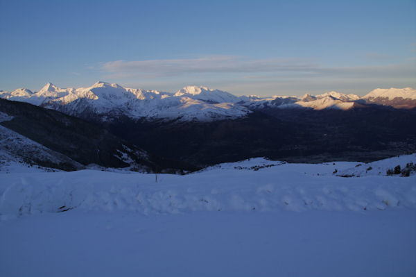 La vallée d_Argelès Gazost au petit matin depuis le parking inférieur de la station du Hautacam