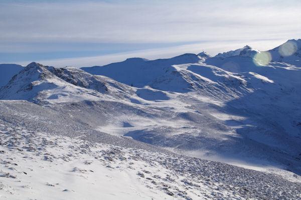 A gauche, le Pic de Naouit, au centre, le Pic de Baran et le Pic du Mont, le Pic du Midi de Bigorre pointe le bout de ses antennes.