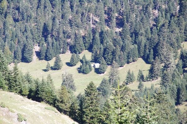 La Cabane d_Artigue Longue depuis sous le Lac de Bordères ou de Bareilles
