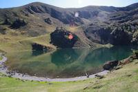 Le Lac de Borderes ou de Bareilles domine par la Hourgue de la Fousserette et le Sommet Deres Heches