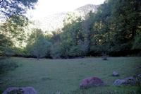 Au loin, dans la lumiere, le vallon du ruisseau de l'Artigue depuis le chemin de Sarradaus