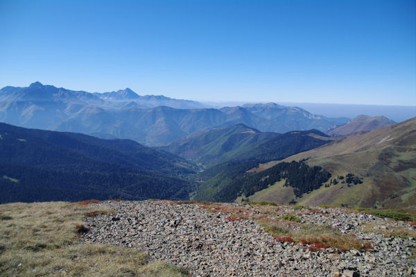 La Vallée de Bareilles, au fond, l_Arbizon, le Pic du Midi de Bigorre et le Signal de Bassia