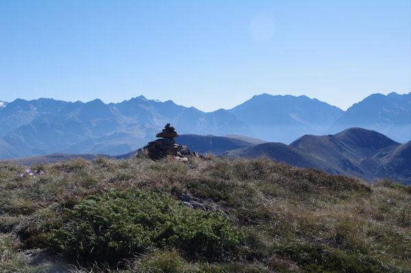 Un cairn anté-sommital, au fond on peut distinguer le sommet enneigé du Pic des Posets entre le Pic de Nord Nère et le Pic de la Hourgade