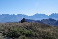 Un cairn ante-sommital, au fond on peut distinguer le sommet enneige du Pic des Posets entre le Pic de Nord Nere et le Pic de la Hourgade