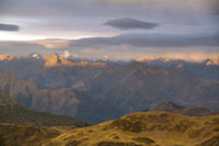 Soleil rasant sur les crêtes pyrénéennes au Sud Ouest du Pic de Montaigu